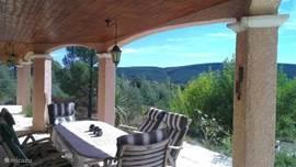 De eettafel onder de veranda...