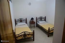 slaapkamer 2, 1e verdieping (deelt air-conditioning met slaapkamer 3)