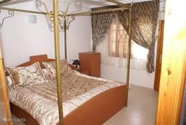 slaapkamer 1, 1e verdieping (voorzien van air-conditioning), deze slaapkamer heeft een deur die toegang geeft tot het balkon rechts op de foto van de voorgevel