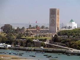 Toren van Hassan, resten van een monumentaal nooit afgebouwde start van een bouw van een Moskee, hier is tevens de Mausoleum van de koninklijke familie te vinden (wit gebouw met groen dak)