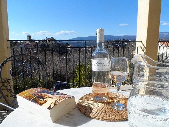 Fantastische app.80 m2. ( 9.5 op 10 beoordeling) , rustig en direct bij centrum  Cannes op 30km. tot 31 -03 € 75 pn.  prachtig uitzicht en zon!