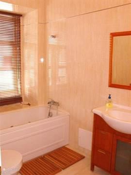 Ensuite badkamer met jacuzzi bad