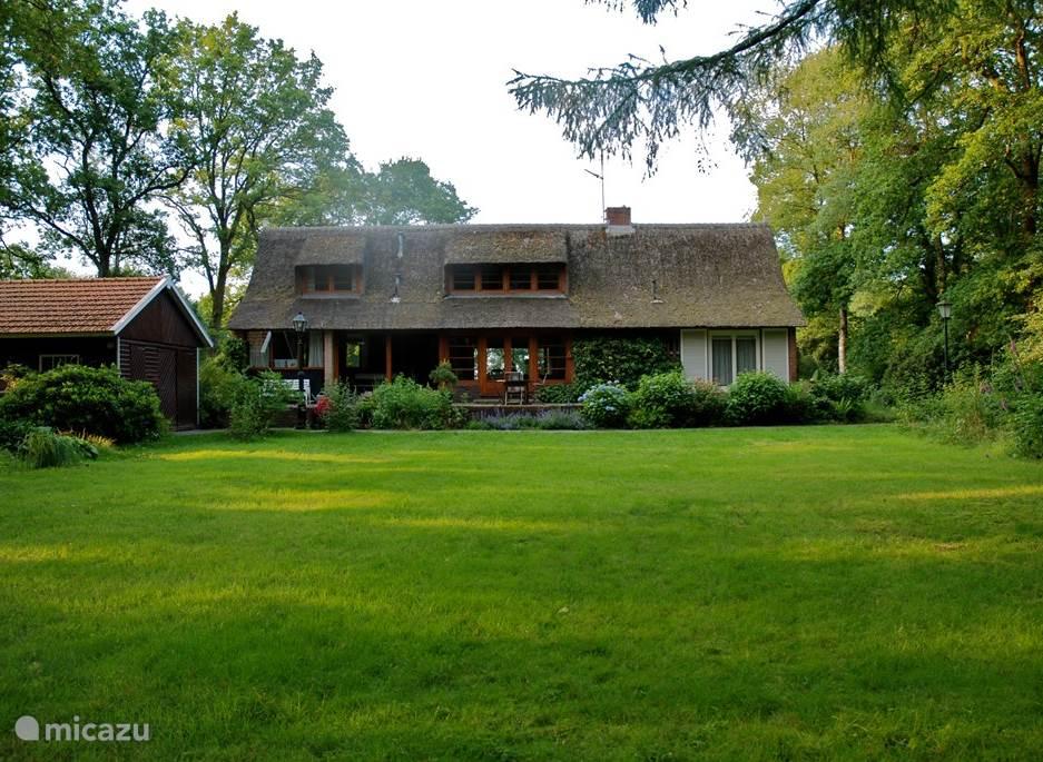 Vrijstaand sfeervol vakantiehuis op drie hectare eigen terrein. Gelegen in het Nationaal Park de Drentse A. Voor natuurliefhebbers en rustzoekers. Het is een mooi ruim comfortabel huis met alles erop en eraan. 3 km van Zuidlaren.