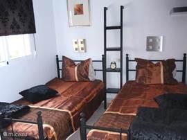 Slaapkamer voorzijde met 2 eenpersoonsbedden (90 cm breed) en heerlijke matrassen, tevens inbouwkast.