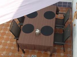 Patio (binnenterras) met veel privacy! Ruime eettafel, grote gasbarbecue en skottelbraai... Tevens voorzien van een zonnedoek voor de zeer warme dagen in de zomer.