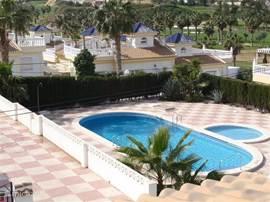 Zicht op het ruime zwembad vanaf het dakterras....Dit is een gemeenschappelijk zwembad (15 x 5 x 2m diep max.), waar het zelfs in het hoogseizoen niet druk is en bovendien heerlijk beschut in de zon gelegen!   Vanaf uw dakterras lekker loungen met een drankje en tapas genietend van de omgeving...