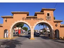 Ingang gezellige hoofdstraat Ciudad Quesada met veel restaurants, bars en winkels.
