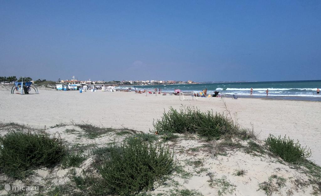 Aan de Costa Blanca Zuid treft u kilometers lange zandstranden aan. Het water van de Middellandse Zee heeft er een aangename temperatuur van eind mei tot en met begin november.