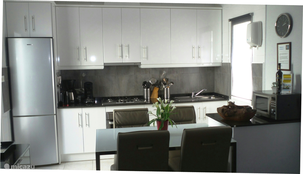 Volledig ingerichte, moderne luxe keuken waar het u aan niets zal ontbreken! Voorzien van zeer veel inventaris, alle moderne apparatuur en gemakken, zoals een vaatwasser, koel/vriescombinatie, 5 pitsgasstel met afzuigkap, electrische oven en magnetron, koffiezetapparaat en aparte Senseo, waterkoker