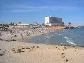 La Zenia Hotel en strand, heel gezellig en met hogere golven.....