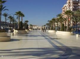 Torrevieja Promenade, heerlijk flaneren langs de zee met veel winkels en vooral ijssalons!