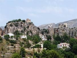 El Castell de Guadalest, dat bekend staat als Guadalest, is een schattig klein dorpje in een bergachtig gedeelte ca. 25 km ten westen van Benidorm en op ruim een uur rijden van Rojales. Guadalest heeft een bevolking van slechts 200 inwoners.