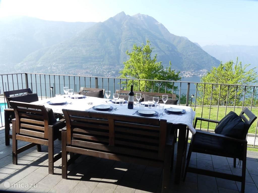 Deze fantastische villa, met zwembad, gelegen aan het Comomeer,biedt alles voor een heerlijke vakantie in het prachtige Italië. De villa is rustig gelegen, nabij schitterende dorpjes en steden. Volop mogelijkheden op het gebied van cultuur en sportiviteit