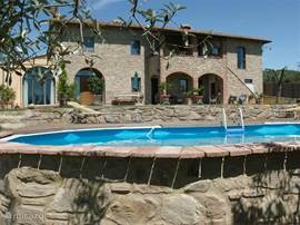 In de heuvels van Vinci, ligt onze recent verbouwde boerderij, omringd door een prachtige tuin en olijfgaarden. De hoeve bestaat uit 3 zelfst. woningen waarvan er 2 te huur zijn (max 2 pers). Centraal en rustig  gelegen, . WIFI, TV en privé-zwembad.