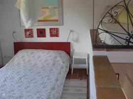 De slaapkamer: 2 pers.bed, is aan de koele zijde van het huis.