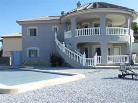 Luxe dubbele villa, gelegen nabij het oude gezellige dorpje Hondón de las Nieves. De villa is voorzien van airco en vloerverwarming en geschikt voor twee families of gezinnen.  Bij de villa hoort een privé zwembad, een groot dakterras en mooie tuin.