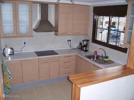 Ruime keuken met vaatwasser