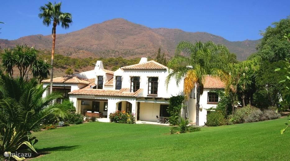 Luxe lichte villa met 20+ bedden. Gelegen 15 min van de kust in een groene en bloemrijke tuin van 1 hectare. Verwarmd groot buiten- en binnenzwembad, buiten jacuzzi, fitness en sauna. Totale privacy.