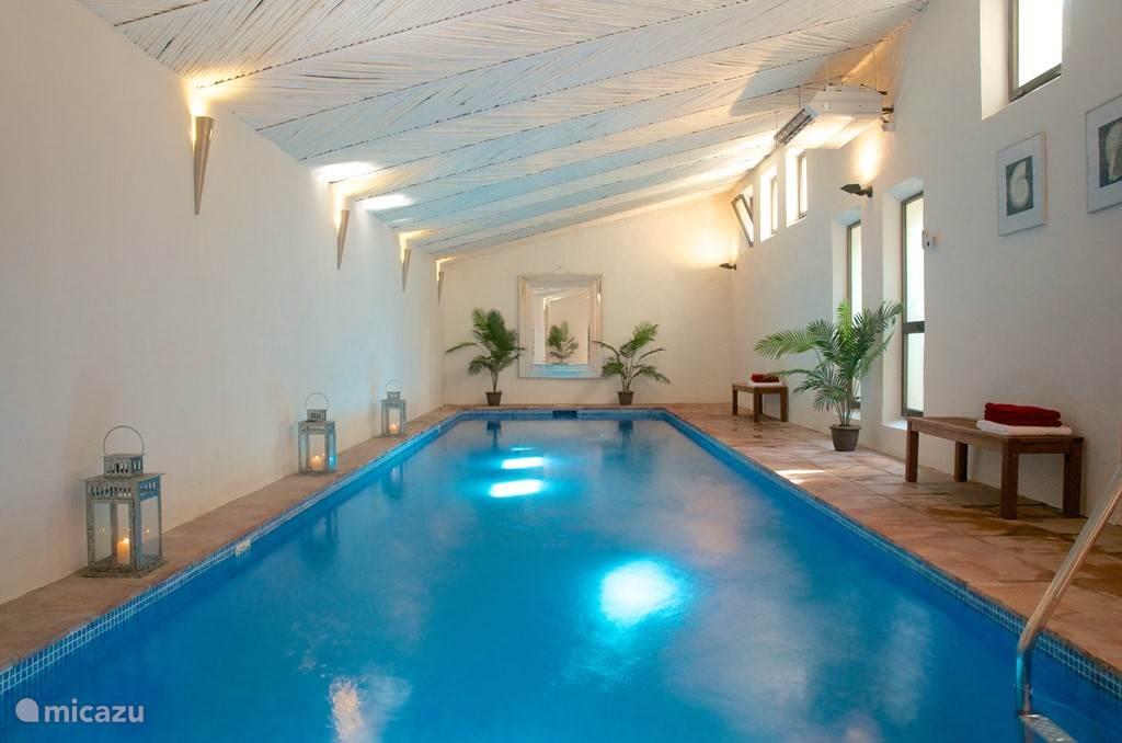 Verwarmd binnenzwembad met sauna