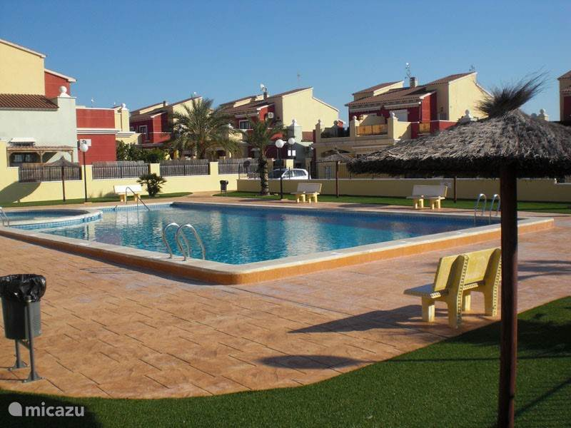 Het gemeenschappelijke zwembad in de omheinde urbanisatie