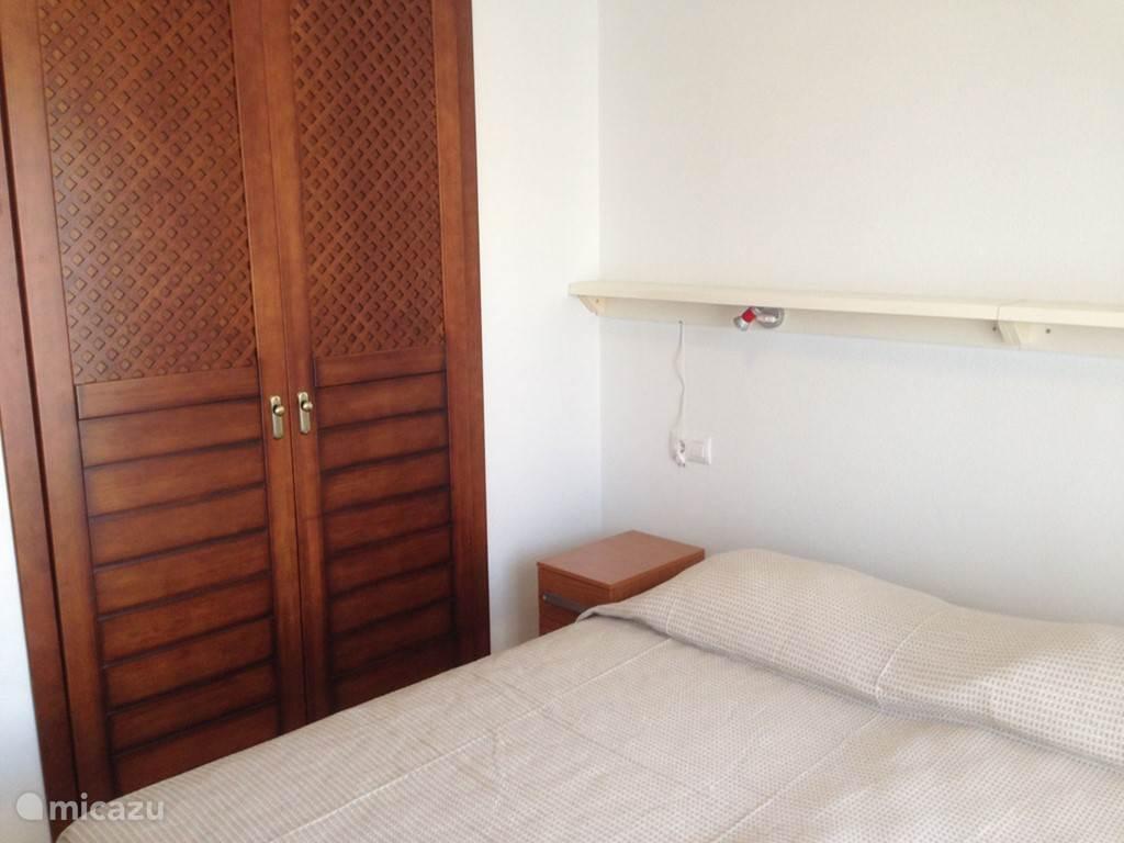 In de slaapkamer is een vaste kledingkast en airconditioning