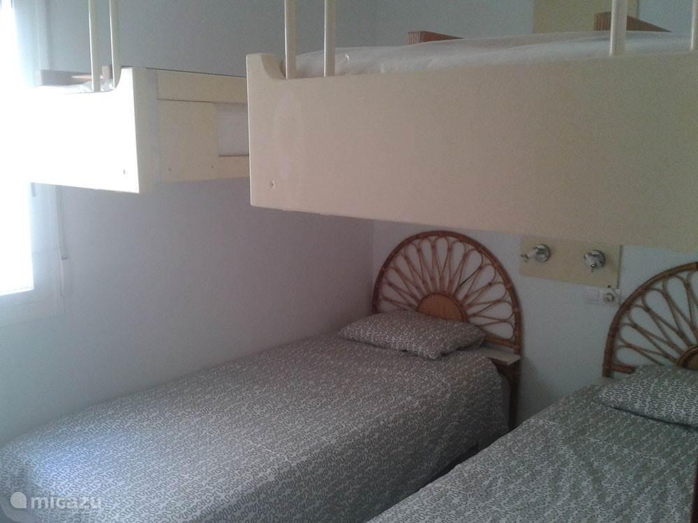Slaapkamer 2 heeft twee stapelbedden waarvan alleen de onderste twee bedden gebruikt worden. Ook hier is een kledingkast en airconditioning