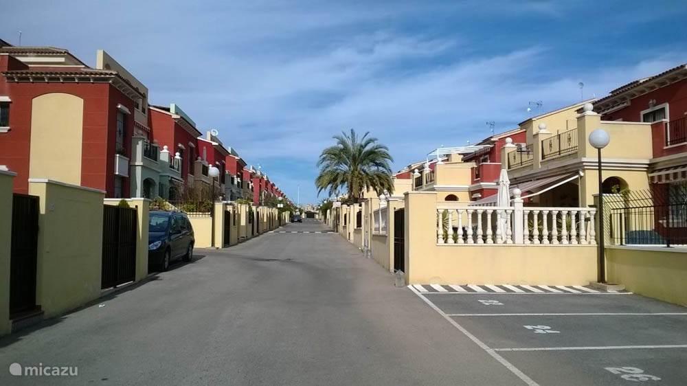 Het appartement bevindt zich binnen een omheinde urbanisatie