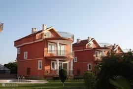 In en om de villa is het zeer groen.