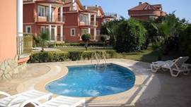 Het zwembad is gelegen naast de villa en voorzien van ligstoelen