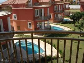 Uitzicht vanaf het dakterras op het zwembad en op zee!