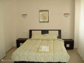 Tweepersoons slaapkamer met openslaande deuren naar het balkon, en voorzien van eigen badkamer.