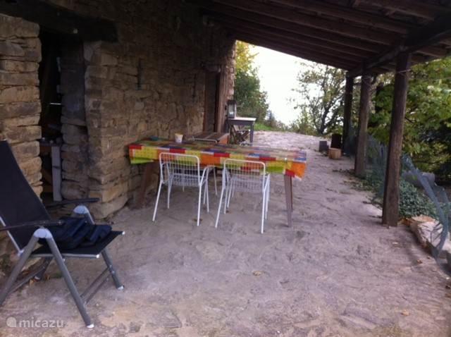 Het terras (' portico')grenzend aan mini appartement, bij jeu de boulebaan en het zwembadje.