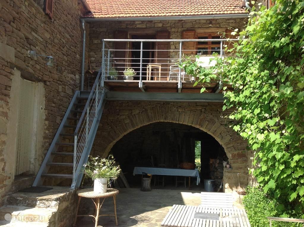 Binnenplaats, met boven het balkon grenzend aan de keuken.