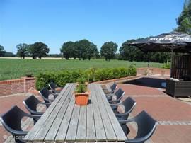 Geniet op het grote gesloten terras van het uitzicht en de rust. Het terras is op het zuiden gesitueerd, gegarandeerd zon.