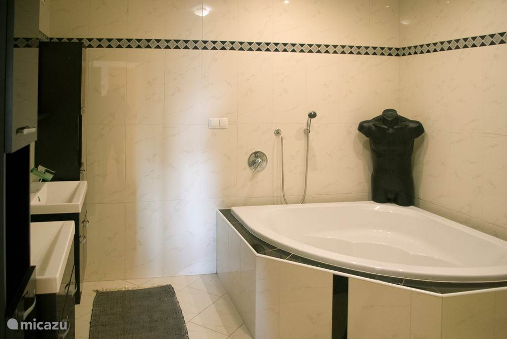 Mooie impressie foto van de badkamer.