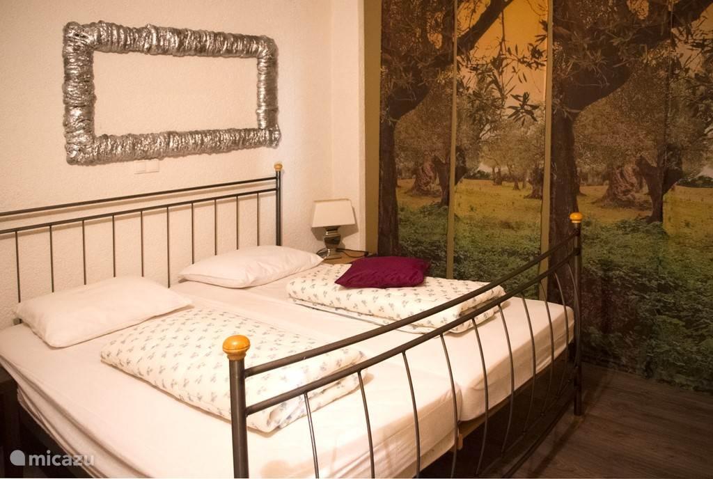Slaapkamer met 2 losse eenpersoons boxspringbedden.