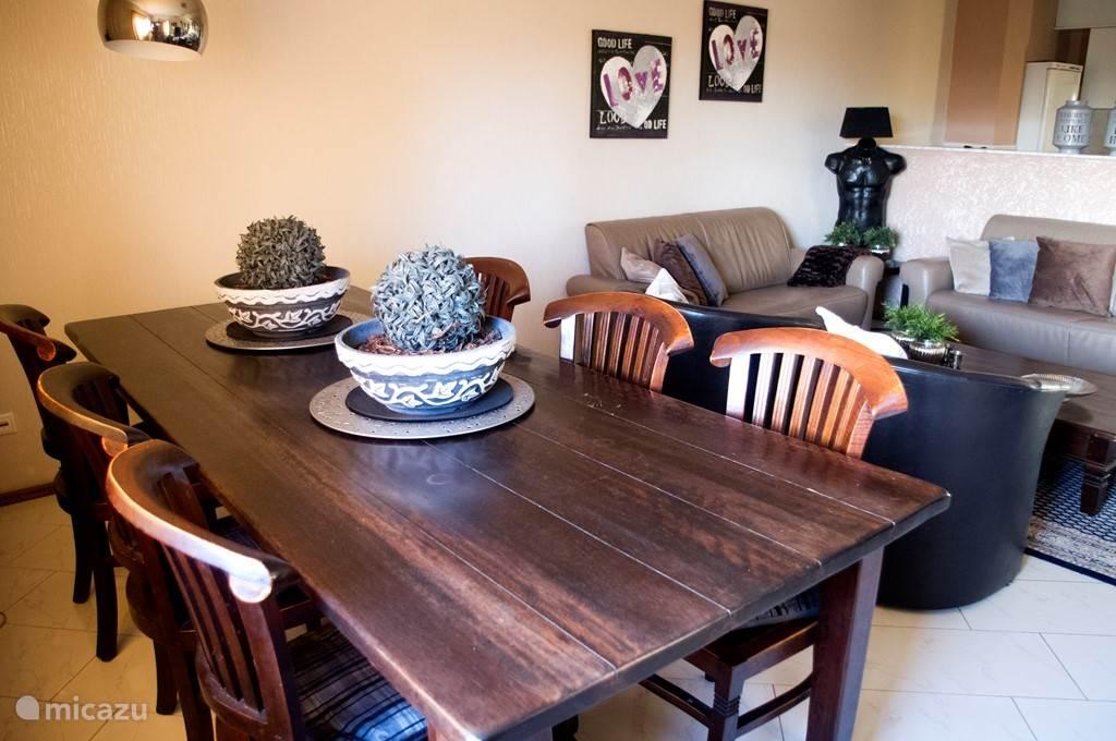 Overzichtfoto van de gehele woonkamer met open keuken.