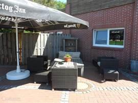 Relaxed Loungen op het terras.