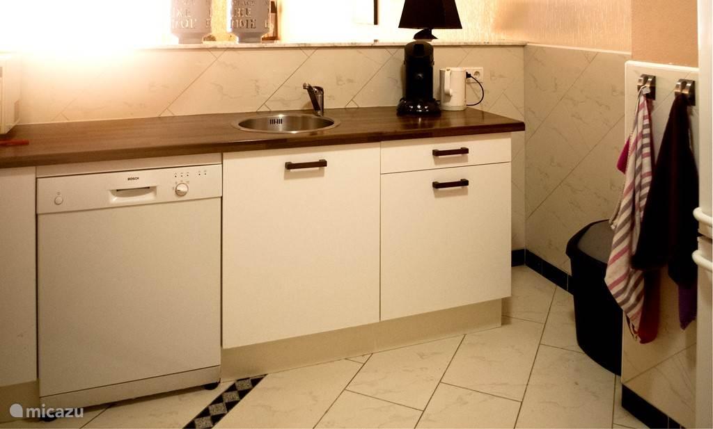 Spoelgedeelte van de ruime open keuken.