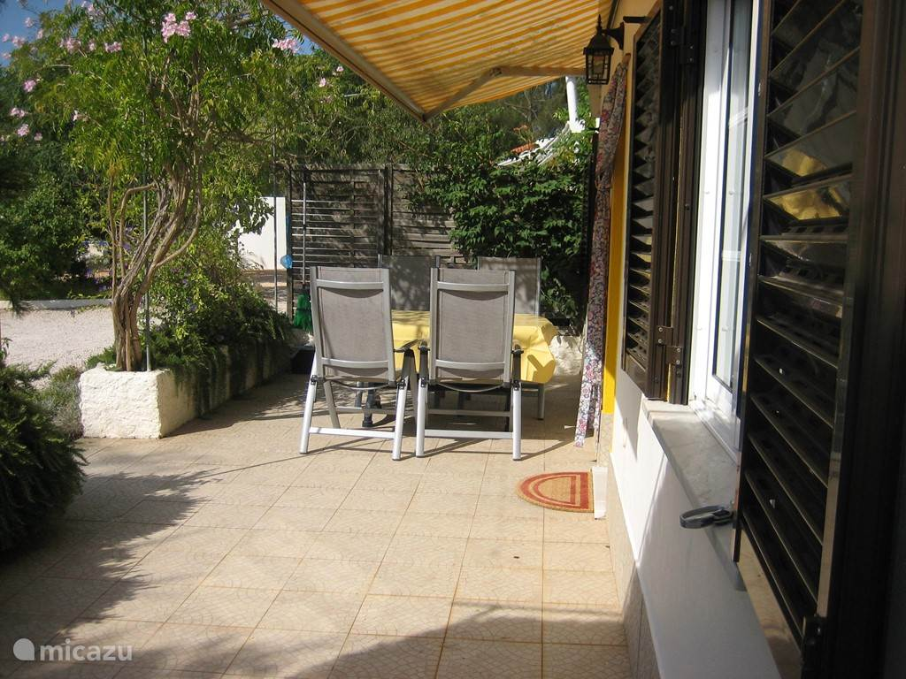 terras in of uit de zon