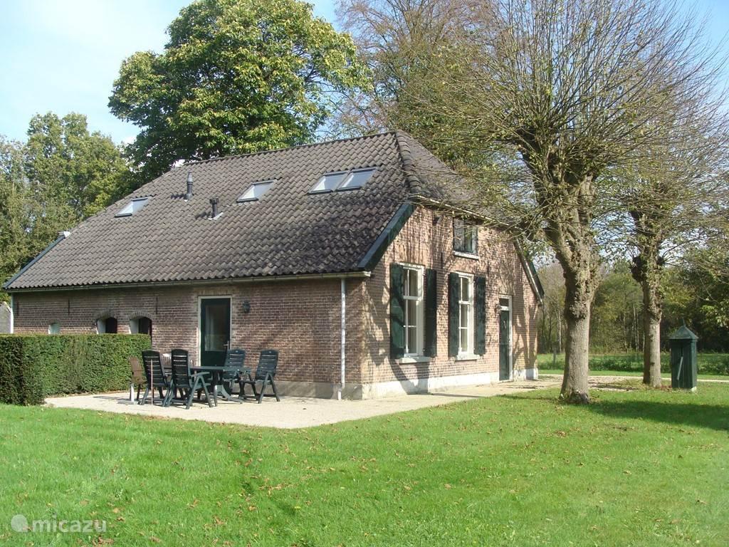 Deze heerlijke riant verbouwde boerderij ligt geheel vrij aan een verkeersarme landweg in een bosrijke omgeving. Er zijn volop wandel-,fiets- en zwem- mogelijkheden. Zeer nabij: rivier de IJssel, de Veluwe en recreatie plas Bussloo met zijn vele strandjes, sauna&wellness en een gofbaan.