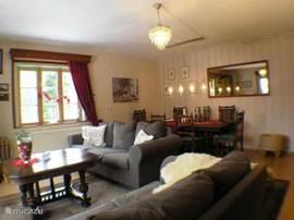 De ruime woonkamer met een gezellige grote eettafel. 1ste verd.