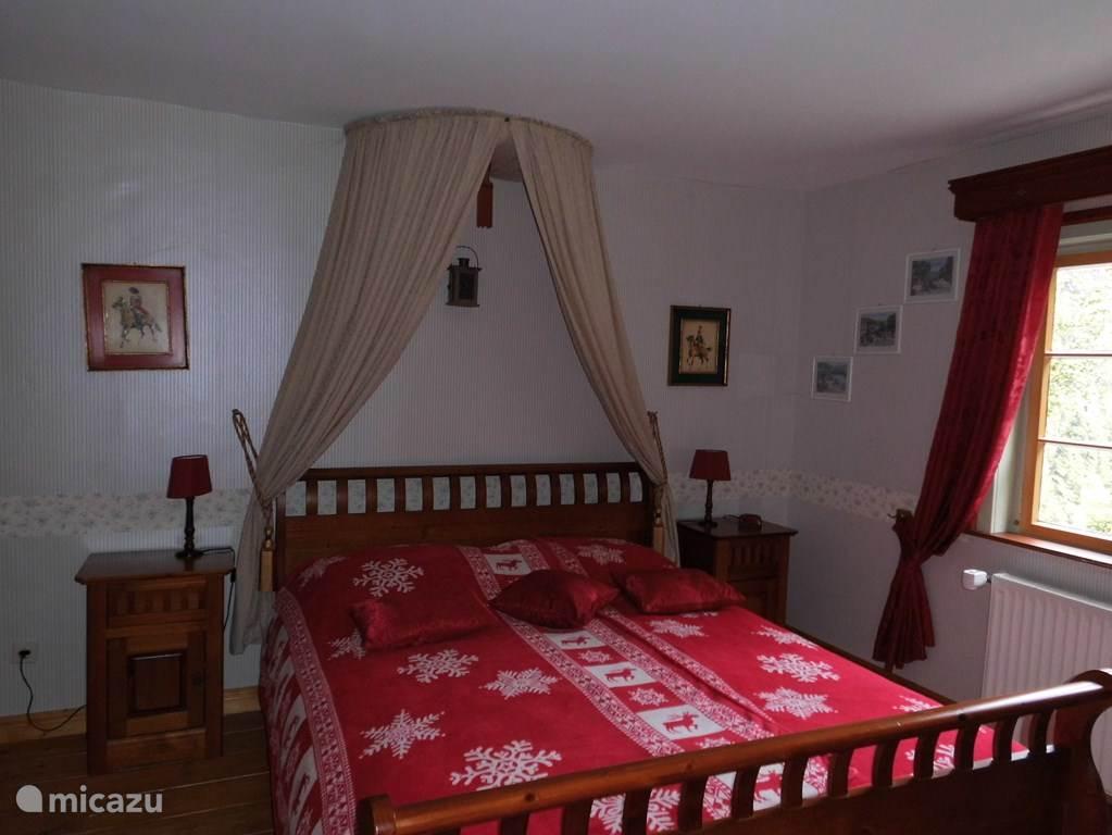 Sfeervolle tweepersoonskamer met romantisch hemeltje. In het appartement geschikt voor 6 personen. 1ste verd.