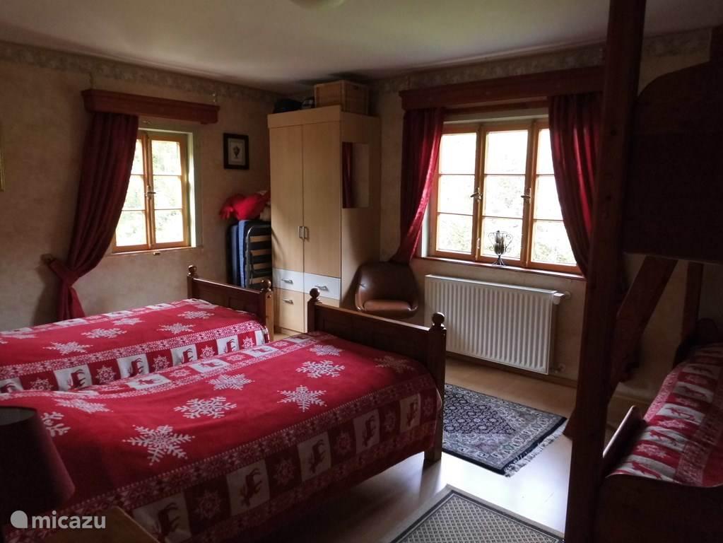 Ruime slaapkamer met twee eenpersoonsbedden en een sfeervolle hoogslaper. In het appartement geschikt voor 6 personen. 1ste verd.