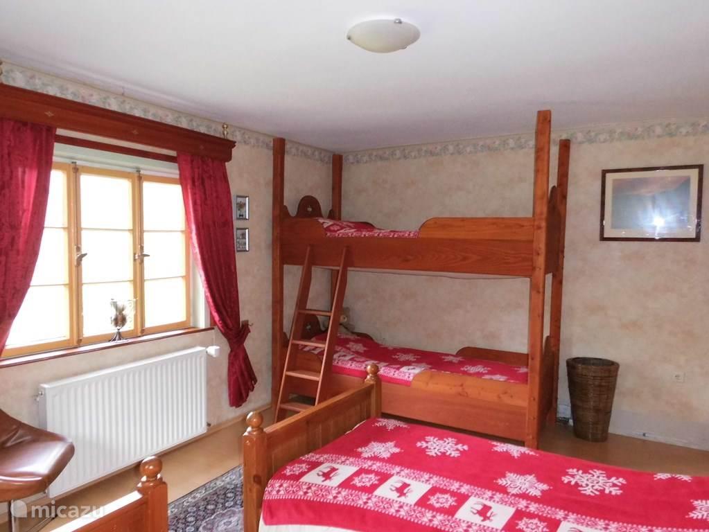 Ruime slaapkamer. Met twee eenpersoonsbedden en een sfeervolle hoogslaper. In het appartement geschikt voor 6 personen. 1ste verd.
