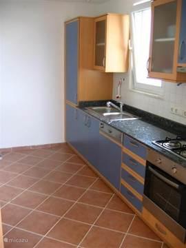 De keuken is voorzien van vele gemakken zoals een vaatwasser , een wasmachine, strijkijzer, koelkast met diepvries en een 4 pits gaskookstel met inbouwoven waar u lekker in kunt bakken