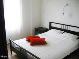 Slaapkamer 1 heeft een 2 persoonbed . Beddegoed is aanwezig. Slaapkamer 2 heeft 2 1 persoonsbedden.  Beide slaapkamers hebben een airco voor de warme dagen die tevens als verwarming kan dienen.