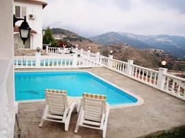 De verschillende terrassen liggen rondom het huis en bij het zwembad van de villa . Er zijn 6 tuinstoelen en 6 ligstoelen om heerlijk te genieten van de 320 dagen zon .