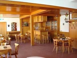 Bar met authentieke houtentap, (niet aangesloten) en ruim eetgeddelt.