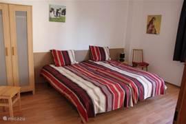slaapkamers voorzien van kledingkast en naka met bedlampje. Inkl. bedlinnen.